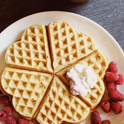 домашние вафли с ягодами клубника и мороженое