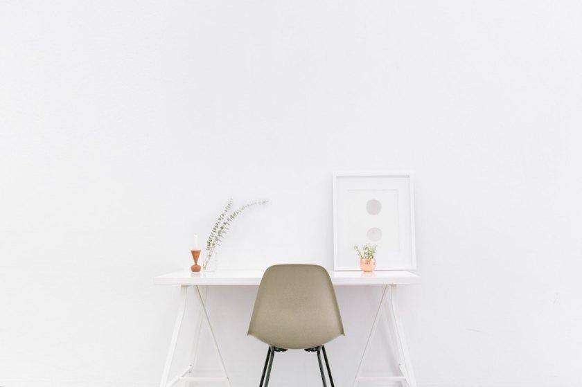 рабочий стол, минималистичный дизайн, белые стены в интерьере, идеальный рабочий стол