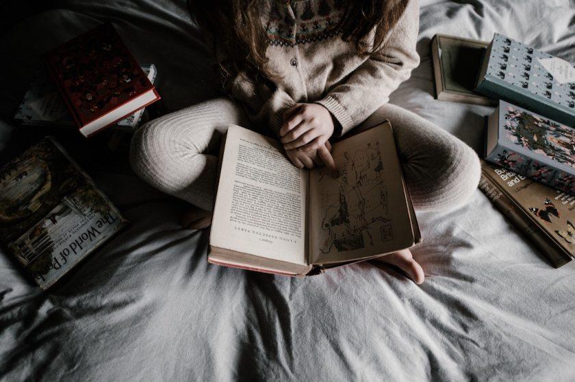 девушка читает книгу, что почитать, бакман, вторая жизнь Усе
