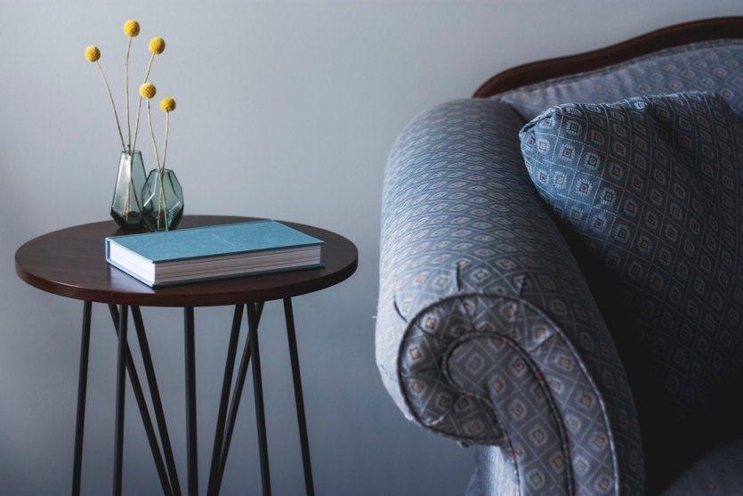 серые стены, минимализм, минимализм в интерьере, книга, журнальный столик, замедление, медленный образ жизни