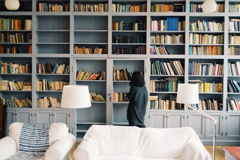 библиотека, книги на тему, книга или киндл, электронная или бумажная книга, девушка выбирает книгу