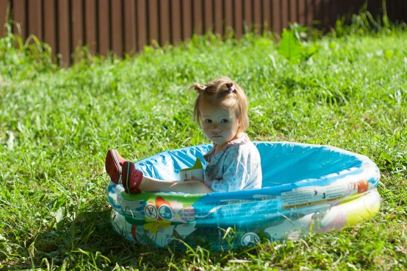 лето, детский бассейн, солнечные ванны, ребенок, малыш в детском бассейне, витамин Д