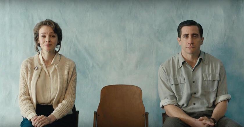 мужчина и женщина, на голубом фоне, стул свободный